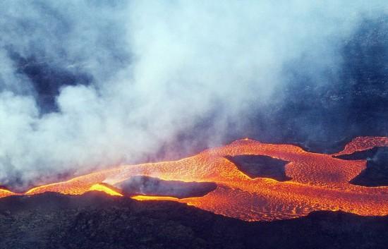 荷兰摄影师抓拍冰岛火山喷发原始之美